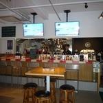 レーサーズカフェ - 店内は厨房と客席がカウンターで仕切られている。