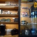 レーサーズカフェ - レース関連グッズを展示、有名レーサーの写真やサイン色紙を飾っている。