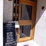 レストラン ミツヤマ - お店の入口です。ドアは木でガラス張りになっています。