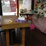 韓国弁当マダン - 店内はテーブルが4つ