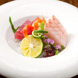 下津井漁港で仕入れた新鮮なお魚が食べられます。
