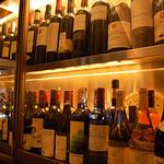 Barteca SOLOMINA - ガラス張りのセラーには約100種類のワインをストック!!