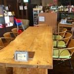 オレンジ カウンティ Cafe - 子連れのママ会や女子会にぴったりのテーブル席です。