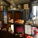 オレンジ カウンティ Cafe - オーナーの拘りの雑貨がたくさん飾ってあります♪