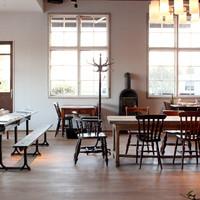 ブラックボード - インテリアも楽しめる開放的で明るい店内。イギリスやデンマークのビンテージ家具が並びます。