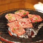 牛繁 - 元氣カルビを焼いてます。