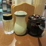 中華そば おかべ - 卓上調味料(黒胡椒、自家製辣油)