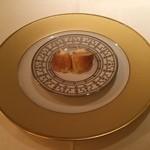 23303043 - 1皿目:クロワッサンにディルを混ぜたチーズをトッピング♡ワインが飲みたくなるけど、お水で我慢(^_^