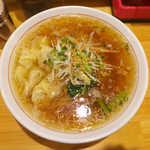 まるやす麺店 - ワンタンメン(¥850)。小さめのワンタンが多数、甘辛いスープに淡麗ストレート麺