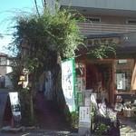 カフェ畑 Renge - この緑のアーチをくぐって建物の二階に行く