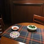 浅草サンボア - 空いていた、というか私だけだったのでテーブル席に通されました。