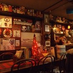 COCOA SHOP AKAITORI - 壁には大量のココアとココアグッズが飾られている