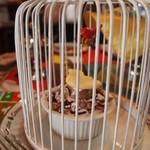 COCOA SHOP AKAITORI - 白い鳥かごに入ったチョコレートロールケーキ
