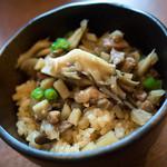 生粉蕎麦 玄 - 具沢山な「とりめし」(180円)。鶏づくしも良い。