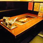 狸狸亭 なにわ元町 - ゆったりしたテーブル席はいろいろなシーンに使える。家族や友人、恋人と鉄板を囲んで盛り上がろう。