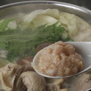 8時間じっくり煮込んだ白濁スープが決めての「博多水炊き」