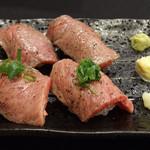 わしの肉 - 炙り寿司(4貫)880円~トロ身と赤身の2種類~