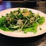 ROCKHOUSE70 - 豆腐とかいわれのサラダ。異なる食感がマッチした美味しさ。