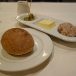 23319505 - 自家製パン、付け合わせ