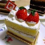 パティスリーセボン - いちご姫のショートケーキ:360円:箱を開けると倒れててショック、京橋駅まで歩いたからかな('13.12月下旬)