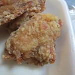 黄金彩 - もう一種類は骨無しもも肉の唐揚げが3個、もも肉を使ってあるんでカリッとジューシーに揚げられた唐揚げです