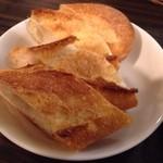 23329419 - アヒージョ(マッシュルーム) ¥600 に付くパン