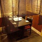 酒食家 とりもん - テーブル席は目隠しがありゆったりとおくつろぎいただけます。