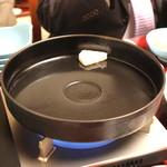 岡半 - 鍋を火にかけます、熱くなったら牛脂を (2013/12)