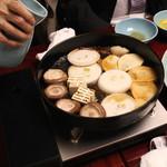 岡半 - 次に、筍、玉葱、豆腐、椎茸を入れ、割り下を少々 (2013/12)