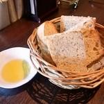 ラ ノッテビアンカ - ランチの自家製パン