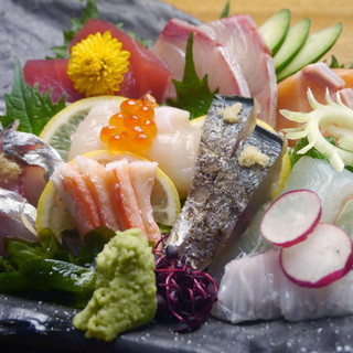 市場で仕入れる新鮮な魚