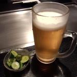 やん! - セットのメガ生ビールとピリ辛きゅうり