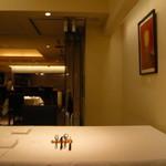 東郷 - 奥のパーティ・スペース(通常)からキッチンを