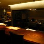 東郷 - オープン・キッチンとカウンター(中央奥は石窯)