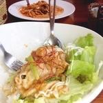 かふぇ そーにょ - 手前は生姜焼きボウル!シンプルなメニューで、若い人も食べやすい味 だとおもいます^_^