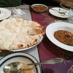 ガラムマサラ - プレーンナンとラムキーマカレー