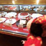 ドルキス - お店で食べるケーキを物色中のちびつぬ・・・ 一緒に、クリスマスケーキの予約もしたよ。