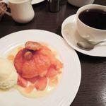 ドルキス - コーヒー 500円(ケーキとセットで200円引) パイもカスタードクリームも甘さが控えめなのがすごくいいよ。
