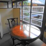 23343775 - 大正レトロの次の間 むかしのガラスが温かい お部屋にこんなスペースもあるんですよ