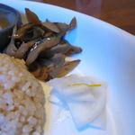 サイマーケット - 玄米プレートランチ:鶏もも肉正油麹漬けの唐揚げ、こんにゃくの味噌のせ、きんぴらごぼう、かぶの漬物、雑穀玄米ご飯、味噌汁5