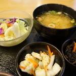 Eden - 小鉢(ひじき)、野菜サラダ、味噌汁、漬物(2013.12.29)