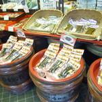 鉄砲不動漬本舗 川村佐平治商店 - 篭や樽に入って風情あります