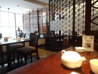 銀座 麒麟 - 2階は、中国格子で仕切られた、半個室のあるフロア