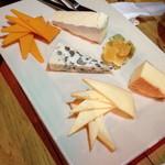 富士屋本店 ダイニングバー - チーズ盛り合わせ5種(1,700円)2013年12月