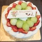 23354341 - メロンと苺を載せたタイプのバースデーケーキ。プレートをつけてもらいました(50円ぐらい)。丸いボール状のメロンがた~っぷり載っているので、ケーキを切るとゴロゴロ落ちてしまう! メロン好きにはたまらない