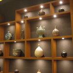 2336432 - 壁に飾ってある陶器