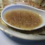 しょうじ - 背脂の層の下のスープ