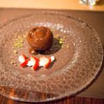 スターロード - チョコレートとパッションフルーツのドーム 温かいチョコレートソースの贈り物