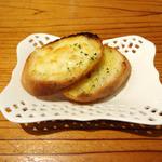 23368635 - 拉麺に付属のガーリックトースト(2人前)