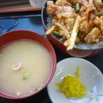 23371442 - 季節の野菜と地えびのかき揚げ丼、味噌汁、沢庵